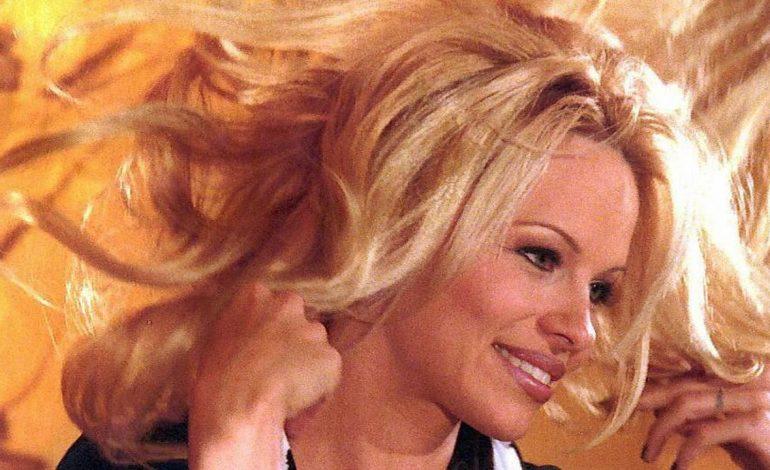 Tepis Isu Perpisahan, Pamela Anderson Dukung Kekasih di Le Classique