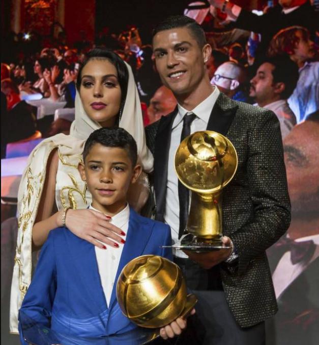 Tampil Cantik Pakai Kerudung, Kekasih Ronaldo Disebut Seperti Ratu
